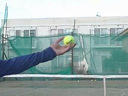 サーブのトスアップ、ボールが離れる時の手